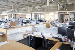Arbetsstation i övergett öppet plankontor arkivbilder