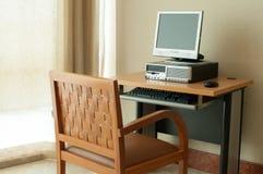 Arbetsstationsdator på tabellen Arkivbild