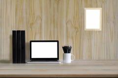 Arbetsutrymmeåtlöje upp samtida: wood dator för bärbar dator för tabellöverkant arkivfoton