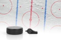 Arbitra gwizd krążek hokojowy i hokeja pole, Zdjęcia Stock