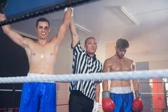 Arbitra mienia ręki uśmiechnięty męski bokserski zwycięzca atletą Zdjęcia Royalty Free