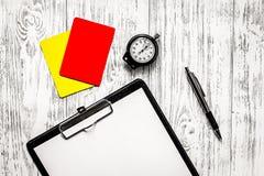 Arbitrage du football Cartes jaunes et rouges d'arbitre, chronomètre, PA photo stock