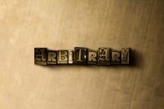 ARBITRARIO - el primer del vintage sucio compuso tipo de palabra en el contexto del metal Foto de archivo libre de regalías
