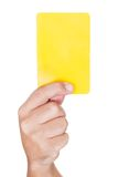 Arbitre du football affichant la carte jaune Images stock