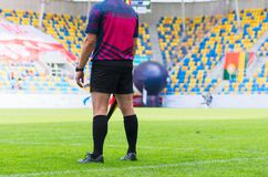 Arbitre du football avec le drapeau Photo stock