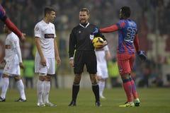 Arbitre du football parlant aux joueurs images stock