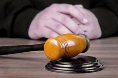 Arbitre el martillo y a un hombre en trajes judiciales Imagen de archivo