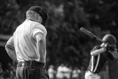 Arbitre et pâte lisse entre les tours de batte photo libre de droits