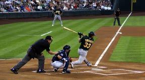 Arbitre, gant de baseball, et pâte lisse professionnels au travail Image stock