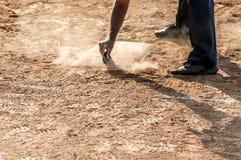 Arbitre no campo do basebol ou de softball da placa home fotos de stock royalty free