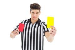 Arbitre sévère montrant la carte jaune photos libres de droits