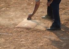 Arbitre sur le champ de base-ball ou de base-ball de marbre image libre de droits