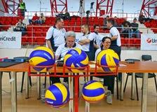 Arbitri di pallavolo con la palla Fotografie Stock Libere da Diritti