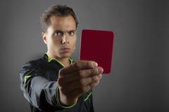 Arbitro arrabbiato di calcio che mostra il cartellino rosso Fotografie Stock