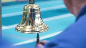 Arbitro che dà campana finale ai concorsi di atletica Gli atleti finiscono la corsa stock footage