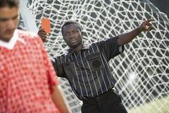 Arbitro che dà scheda rossa Fotografie Stock