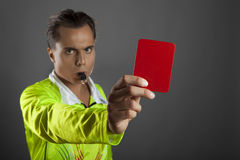 Arbitro di calcio che mostra il cartellino rosso Immagini Stock