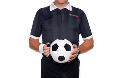 Arbitro di gioco del calcio che tiene una sfera e un fischio Fotografie Stock