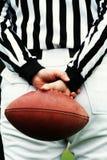 Arbitro e sfera di gioco del calcio immagini stock