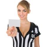 Arbitro femminile che mostra carta fotografia stock