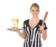 Arbitro femminile con birra e la mazza da baseball fotografia stock libera da diritti