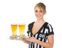 Arbitro femminile con vetro di birra immagine stock
