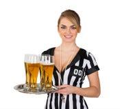 Arbitro femminile con vetro di birra fotografia stock libera da diritti