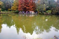 Arborétum d'Ataturk Arbres d'automne autour de lac Photo stock