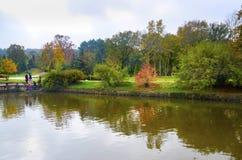Arborétum d'Ataturk Arbres d'automne autour de lac Photographie stock