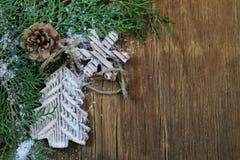 Arborvitae κλάδων του FIR με τις διακοσμήσεις Χριστουγέννων Στοκ Φωτογραφίες