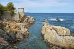 Arbour w kwadracie blisko do morza w Sagaro, Catalonia, Hiszpania obraz stock