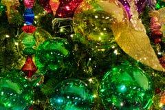 Arbre avec des lumières au-dessus des vacances de Noël Image stock