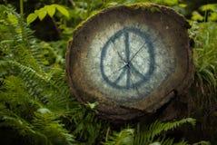Arbre avec le signe de paix peint Photo libre de droits