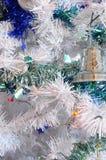 Arbre, boules de Noël et tresse Photo stock
