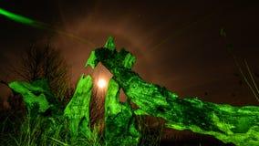 Arbre brûlé - dans le feu vert à la pleine lune, aux étoiles et au mystyc de nuit Photographie stock libre de droits
