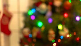Arbre brouillé de nouvelle année avec des lumières de clignotement banque de vidéos