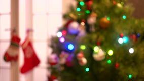 Arbre brouillé de nouvelle année avec des lumières de scintillement banque de vidéos