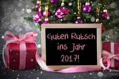 Arbre, cadeaux, flocons de neige, Bokeh, année de moyens de Guten Rutsch 2017 nouvelle Images stock