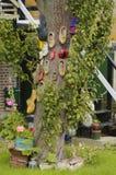 Arbre, décoré d'un bon nombre d'entraves en bois Image libre de droits