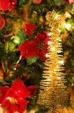 Arbre d'or de lumières de Noël magique Images stock