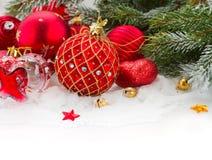 Arbre d'Evergreeen et décorations rouges de Noël Photos stock