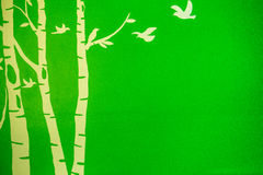 Arbre d'oiseau à l'arrière-plan vert Image stock