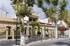 Arbre de bouganvillée s'élevant par la maison en Espagne Image libre de droits