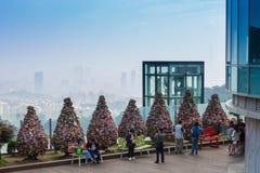 Arbre de cadenas de l'amour à la tour de N Séoul avec le ciel bleu des sud Photographie stock