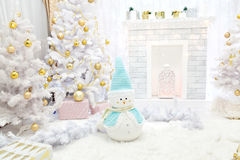 Arbre de cheminée et de Noël avec des présents dans le salon Images stock