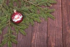 Arbre de décoration de Noël avec la boule sur le fond en bois Photographie stock libre de droits