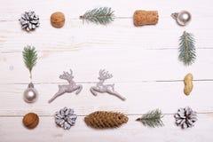 Arbre de décorations et de Noël sur un fond en bois blanc Photo libre de droits