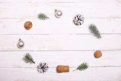 Arbre de décorations et de Noël sur un fond en bois blanc Photographie stock