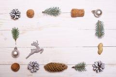 Arbre de décorations et de Noël sur un fond en bois blanc Photos stock