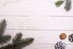 Arbre de décorations et de Noël sur un fond en bois blanc Photos libres de droits